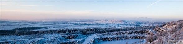 Widok na Krzeszów i Czadrów z wyrobiska skalnego kopalni melafiru